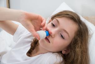 Girl Using Nasal Sprayの写真素材 [FYI00765662]