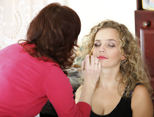 make up artist applying makeup is a fashion modelの写真素材 [FYI00765719]