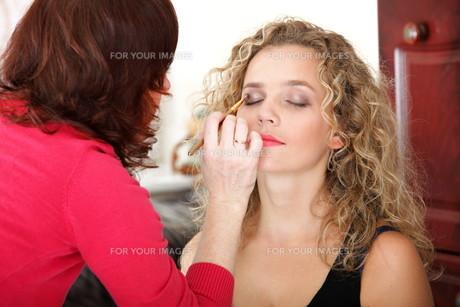make up artist applying makeup is a fashion modelの写真素材 [FYI00765723]