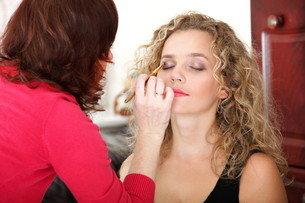 make up artist applying makeup is a fashion modelの写真素材 [FYI00765723]