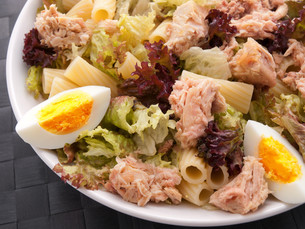 African tuna salad with tomatos and green peppersの写真素材 [FYI00765767]