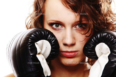 fit woman boxing - isolated over whiteの写真素材 [FYI00765923]
