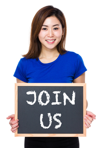 Asian woman hold with chalkboard and showing phrase of join usの素材 [FYI00765927]