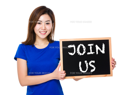 Young woman with blackboard showing phrase of join usの素材 [FYI00765944]