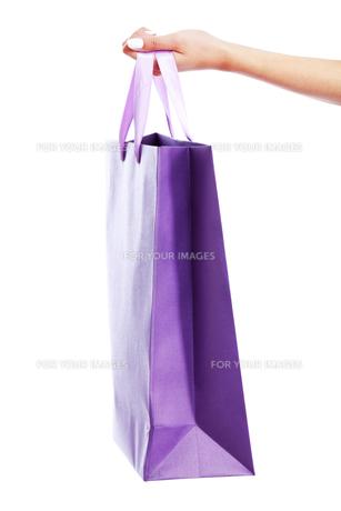 Young woman carrying shopping bag,Young woman carrying shopping bag,Young woman carrying shopping bag,Young woman carrying shopping bagの素材 [FYI00765993]