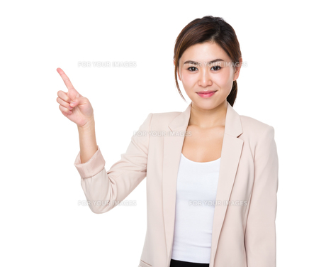 Businesswoman with finger pointing upの素材 [FYI00766022]