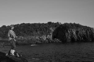 和歌山県白浜地磯の釣り人の写真素材 [FYI00766723]