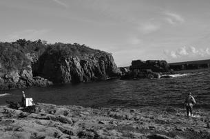 和歌山県白浜地磯の釣り人の写真素材 [FYI00766725]