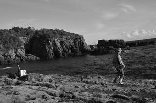 和歌山県白浜地磯の釣り人の写真素材 [FYI00766726]