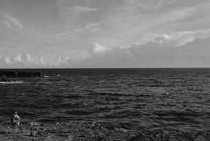 和歌山県白浜地磯の釣り人の写真素材 [FYI00766727]