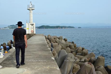 和歌山県由良の波止場散歩の写真素材 [FYI00766729]