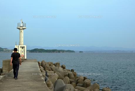 和歌山県由良の波止場散歩の写真素材 [FYI00766731]
