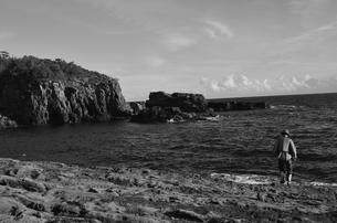 和歌山県白浜地磯の釣り人の写真素材 [FYI00766733]