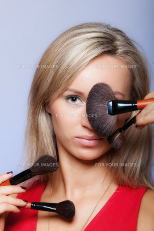 beauty procedures,woman holds make-up brushes near face.の写真素材 [FYI00767326]