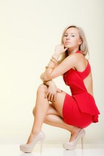 fashion young woman in full length posing. studio shot.の写真素材 [FYI00767329]