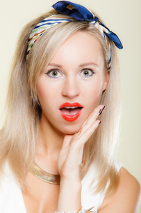 surprised woman face,girl retro style open mouth facial expressionの素材 [FYI00767333]