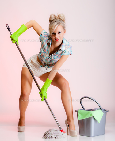 sexy girl retro style,woman housewife cleaner with a mopの写真素材 [FYI00767340]