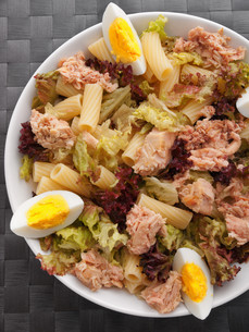 African tuna salad with tomatos and green peppersの写真素材 [FYI00767448]