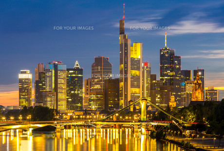 Frankfurt Skyscraper Germany duskの写真素材 [FYI00767549]