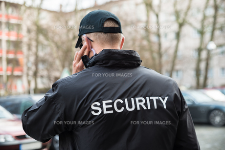 Security Guard Listening With Earpieceの写真素材 [FYI00767563]