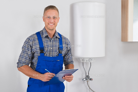 Plumber Holding Clipboard And Penの写真素材 [FYI00767575]