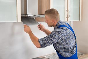 Repairman Repairing Kitchen Extractor Filterの写真素材 [FYI00767598]