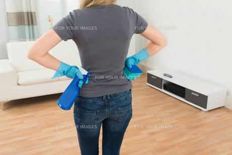 Woman Holding Spray Bottle And Spongeの写真素材 [FYI00767643]