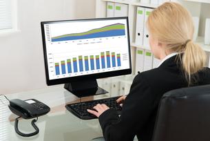 Businesswoman Analyzing Statistical Data On Computerの写真素材 [FYI00767655]