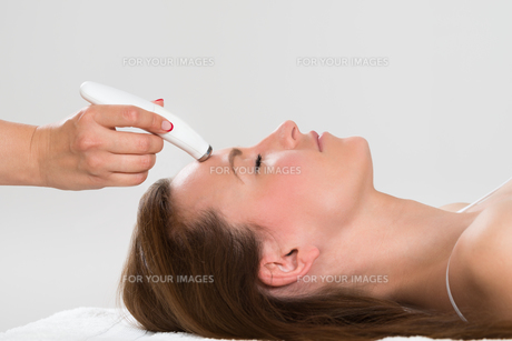 Woman Receiving Microdermabrasion Therapyの写真素材 [FYI00767665]