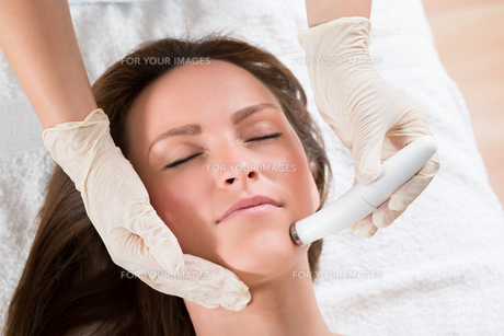 Woman Receiving Microdermabrasion Therapyの写真素材 [FYI00767669]