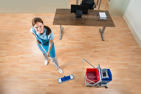 Janitor Mopping Floor In Officeの写真素材 [FYI00767678]