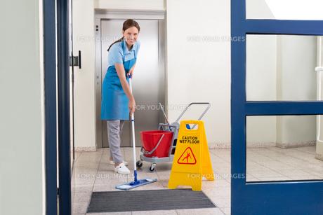 Worker Cleaning Floor With Mopの写真素材 [FYI00767679]
