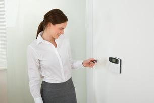 Businesswoman Operating Door Security Systemの写真素材 [FYI00767690]