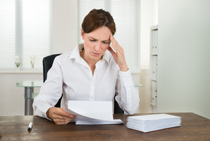 Businesswoman With Document In Officeの写真素材 [FYI00767700]