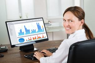 Businesswoman Analyzing Graph On Computerの写真素材 [FYI00767702]