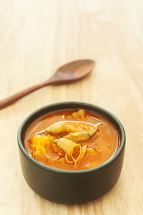 Spicy sour soup vegetable on wooden backgroundの写真素材 [FYI00767714]