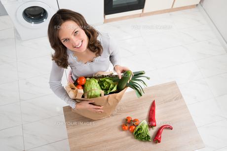 Woman With Grocery Bagの素材 [FYI00767754]