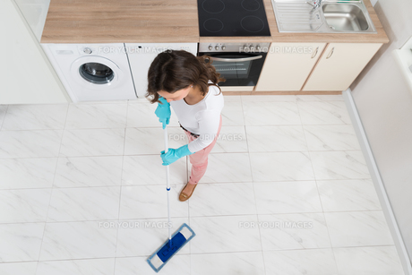 Woman Mopping Floorの写真素材 [FYI00767784]