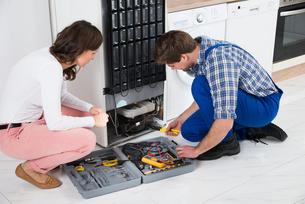 Repairman Repairing Refrigeratorの写真素材 [FYI00767808]
