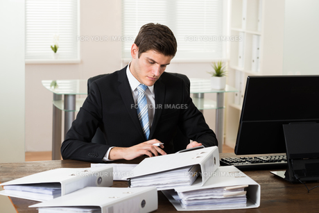 Businessman Doing Accountingの写真素材 [FYI00767847]