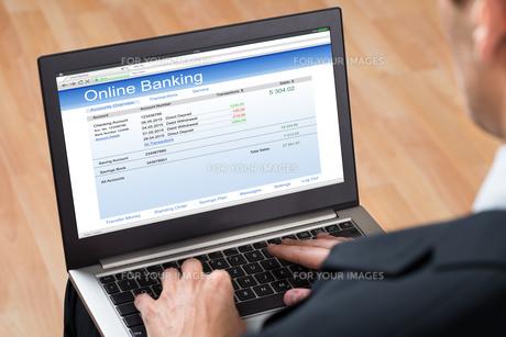 Businessperson Doing Online Bankingの写真素材 [FYI00767858]