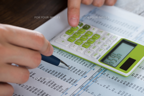 Person Hands Analyzing Accounting Documentの写真素材 [FYI00767872]