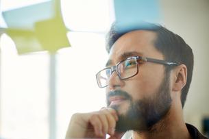 Pensive businessmanの写真素材 [FYI00767953]
