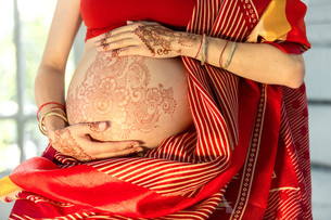 The pregnant woman belly with henna tattooの写真素材 [FYI00767954]