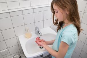 Girl Washing Hands In Sinkの写真素材 [FYI00768135]