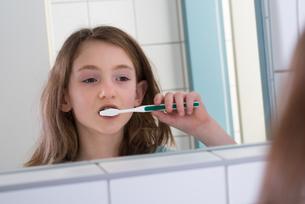 Girl Brushing Teethの写真素材 [FYI00768136]