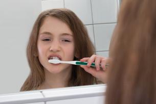 Girl Brushing Teethの写真素材 [FYI00768140]