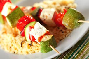 Grilled skewers over rice,Grilled skewers over rice,Grilled skewers over rice,Grilled skewers over riceの写真素材 [FYI00768155]