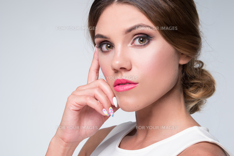 pretty brunette woman thinkingの素材 [FYI00768162]