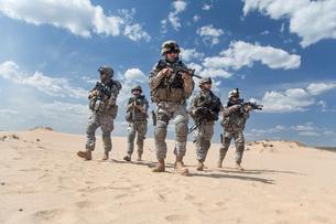infantrymen in actionの写真素材 [FYI00768252]
